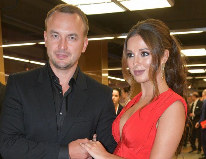 «Освоили игру аристократов»: Нюша в шелковом платье с корсетом блеснула в день рождения мужа