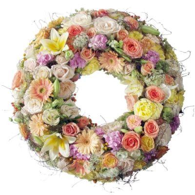 Farbenprächtiger Biedermeierkranz mit bunten Blumen der Saison