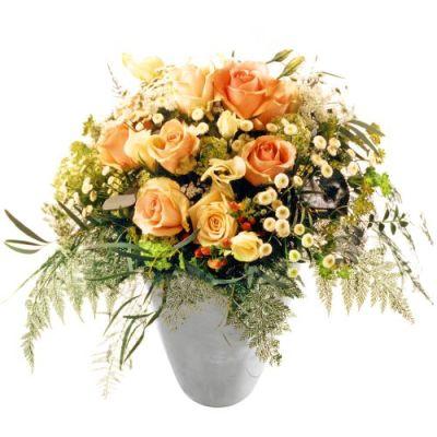Farbenfroher Trauerstrauß mit Blumen der Saison
