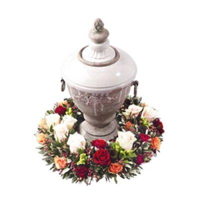 Urnenkranz mit verschiedenen Rosenarten
