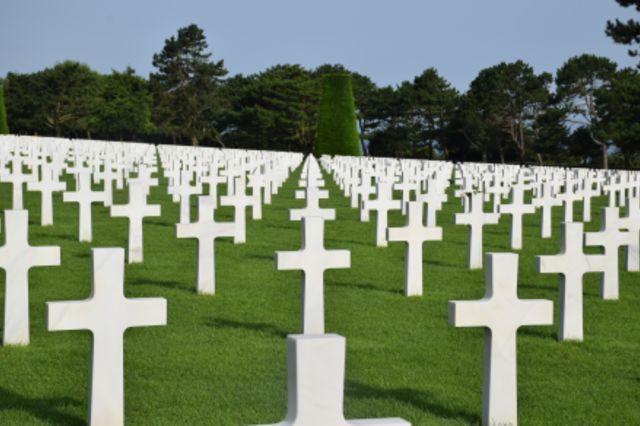 Fotographie vieler weißer Kreuze auf einem amerikanischen Soldatenfriedhof.