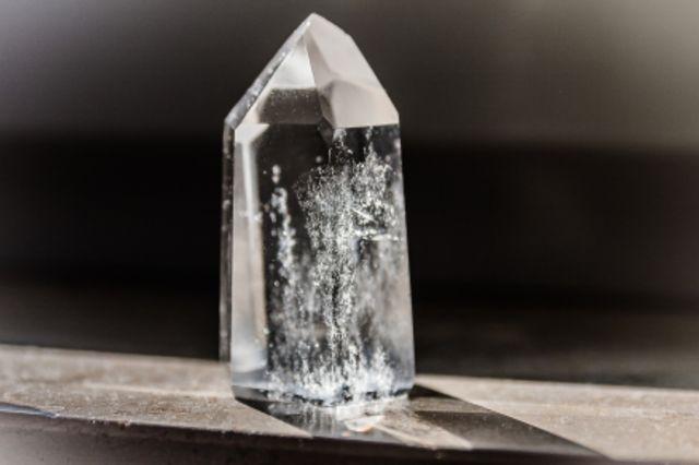 Fotographie eines geschliffenen Bergkristalles.
