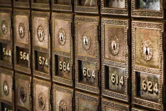 Fotographie einer Safewand mit alten Schlössern.