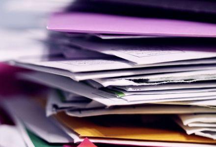 Fotographie eines unsortierten Dokumentestapels.