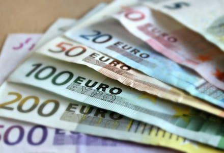 Fotographie mehrerer aufgefächerter Euronoten.