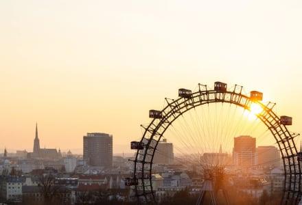Fotographie des Wiener Riesenrades vor einem Sonnenaufgang.