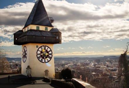 Fotographie des Grazer Uhrturms aus Sicht des Schlossbergs.