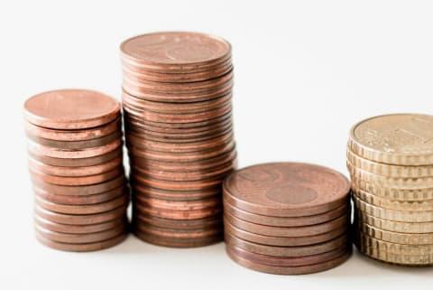 Fotographie von aufgestapelten Euromünzen.