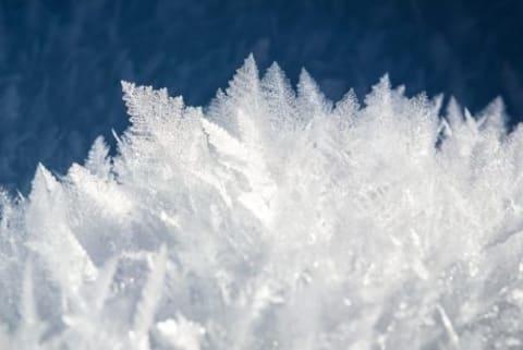 Makroaufnahme einiger Eiskristalle.