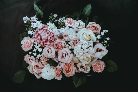 Fotographie eines Blumenstrauß mit rosa und weißen Rosen.