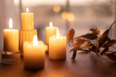 Ein Licht leuchtet an Allerheiligen für die Verstorbenen