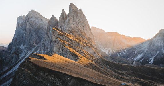 Panoramaaufnahme einer schroffen Bergkette.