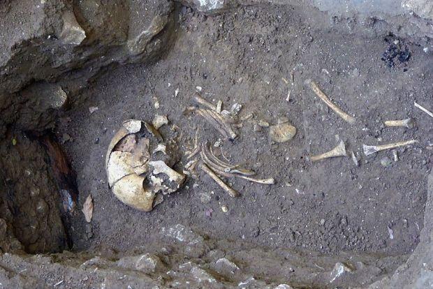 Menschliche Überreste in einem alten Grab