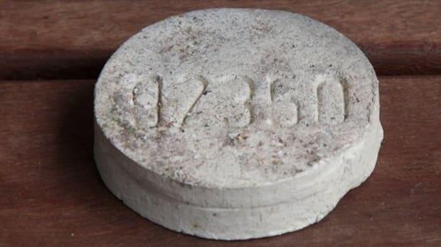 Fotografie eines Schamottestein zur Identifizierung von Kremationsasche