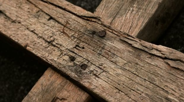 Genageltes Holzkreuz mit Verwitterung