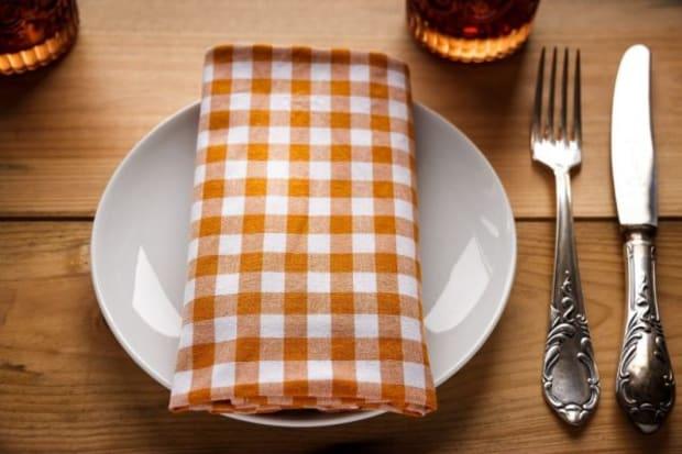 Zum Leichenschmaus gedeckter Tisch