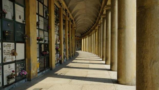 Fotografie eines Kolumbariums mit Säulengang.