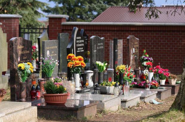 Gräber mit Blumen