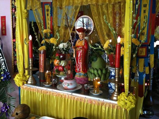 Buddhistischer Altar.jpg