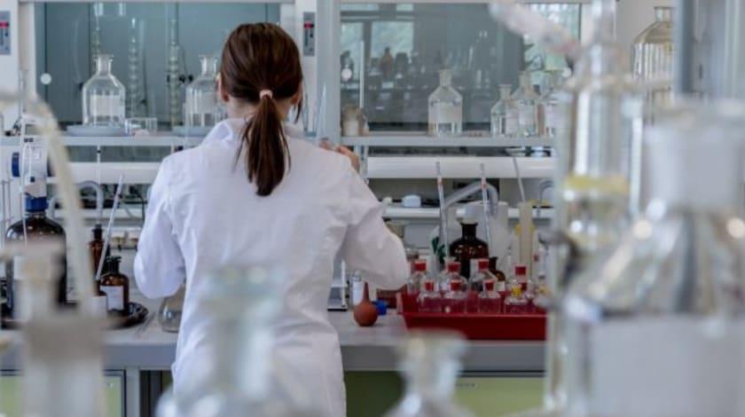 Fotographie einer Wissenschaftlerin im Labor