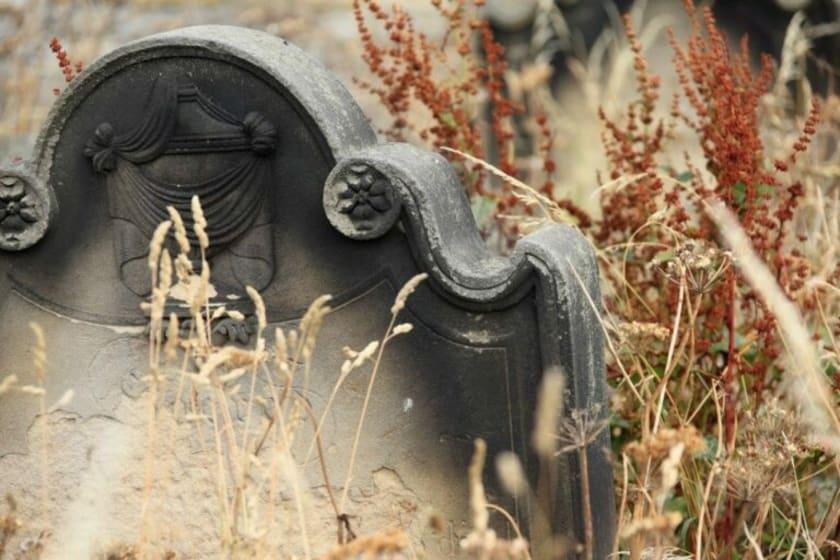 Alter Grabstein auf Friedhof