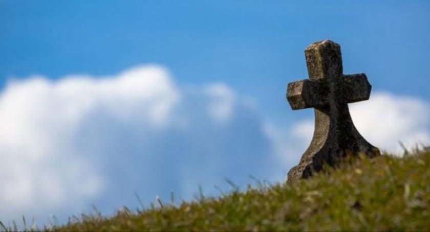 Kreuz auf Bergwiese