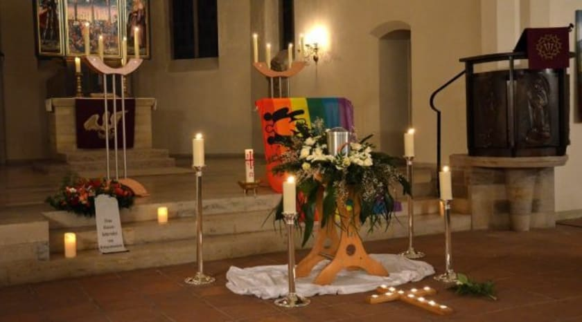 Fotographie einer Urnenaufbahrung in einer Kirche.