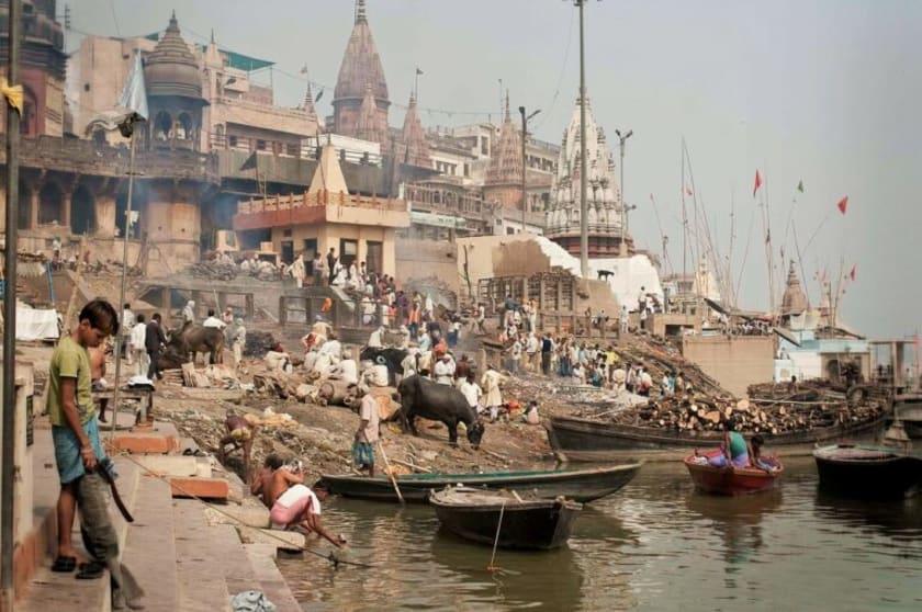 Fotographie einer Feuerbestattung in Varanasi.