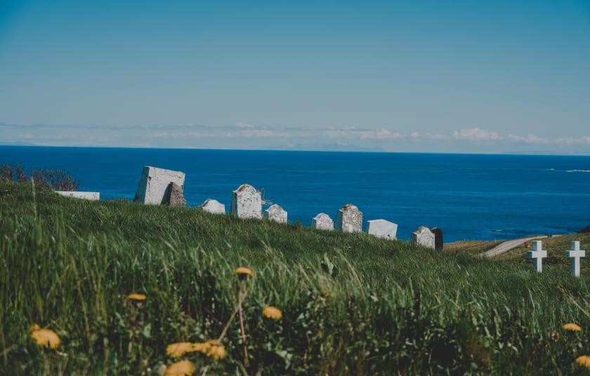 Friedhof mit Meerblick von Rod Long via Unsplash