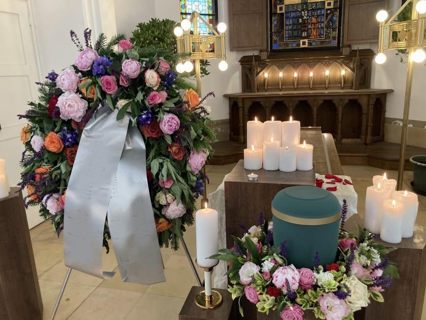Urnenaufbahrung mit Blumenkranz.jpg