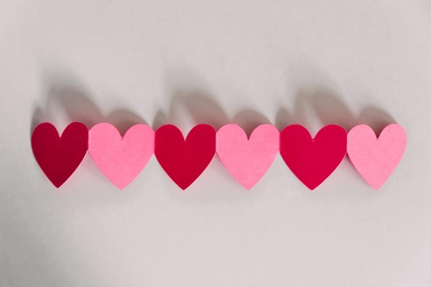 herzen aneinandergereiht als symbol für eine organspende