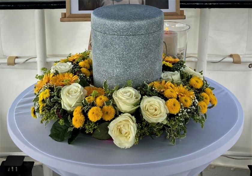 Seebestattung_gelbe Blumen2.jpg