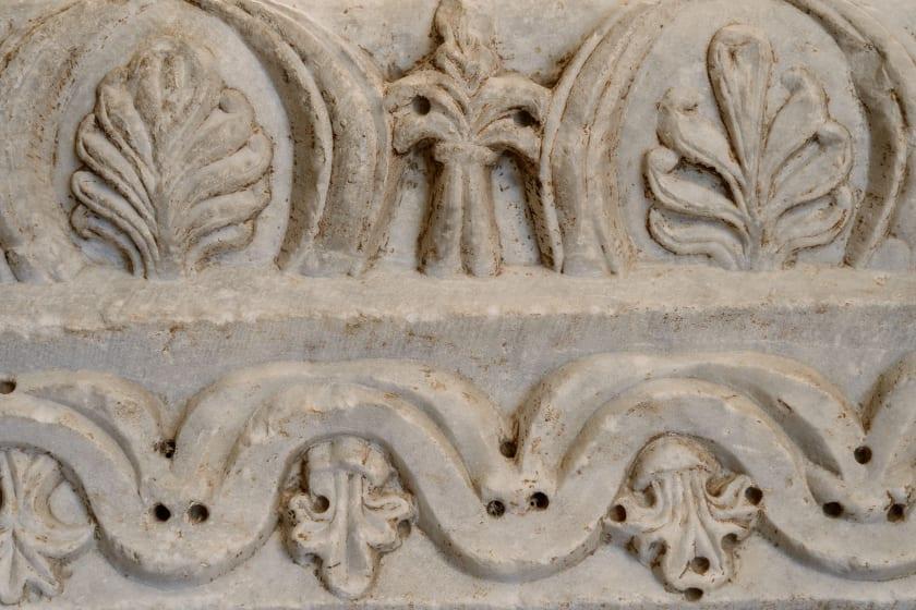 relief eines steinmetzes am grabstein