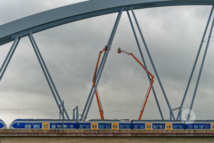 SAAOne: De trein rijdt al terwijl er nog aan brug gewerkt wordt.