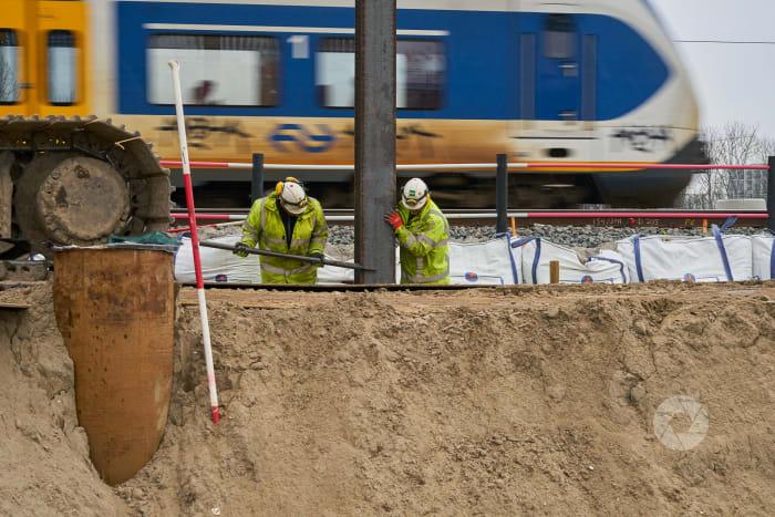 Zuidas: werken bij het Spoor Markus plaats een tijdelijke wand ter voorkoming van verzakking spoor. Locatie Vivaldi