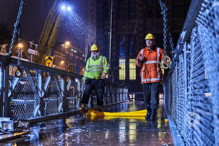 Werken in de nacht met regen