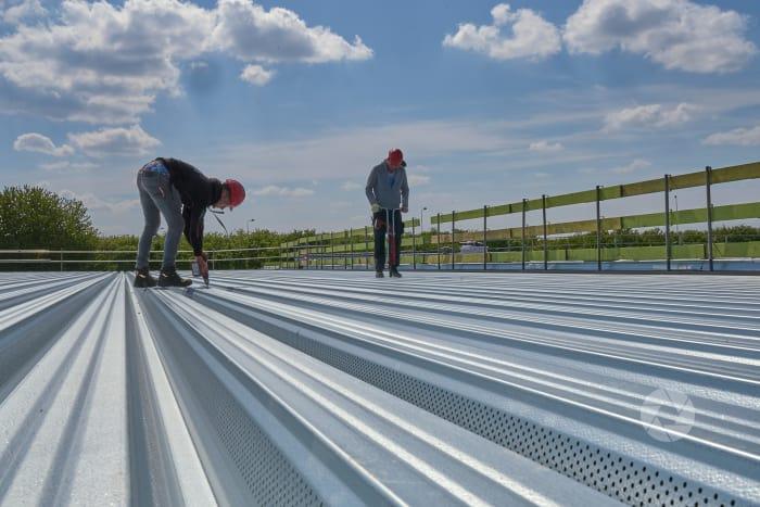 Lelystad Airport: aanbrenegen isoltaie op dak van terminal