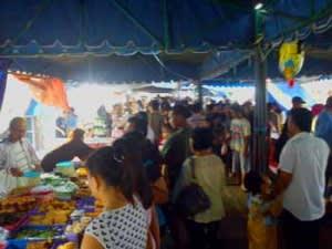 Pengunjung pasar wadai. (Kamis, 04/08/2011. Photo: Pnet)