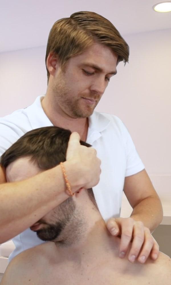 Physio behandelt person mit Nackenschmerzen