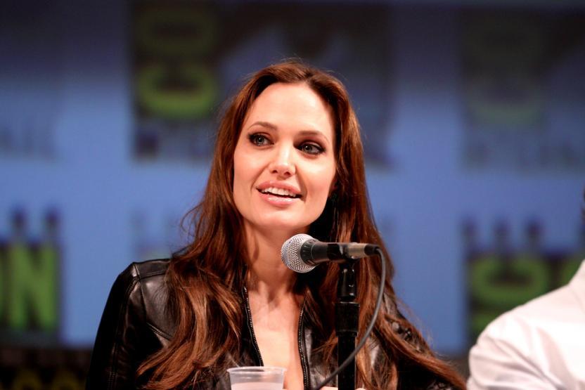 Анджелина Джоли пожертвовала миллион долларов в детский благотворительный фонд