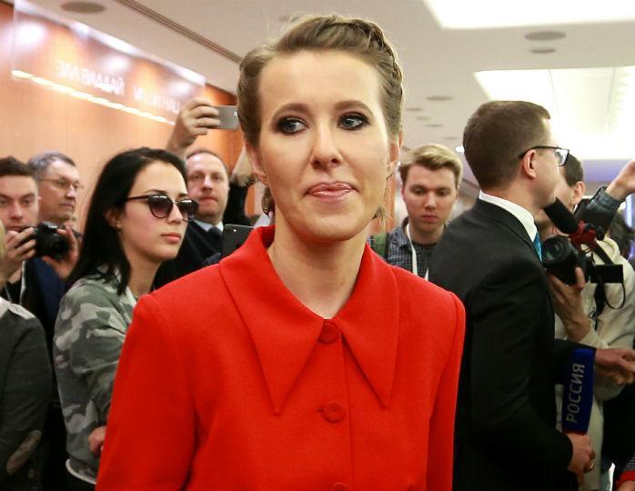 «Животик выпирает»: Ксения Собчак в пальто прямого кроя не смогла скрыть изменения в фигуре