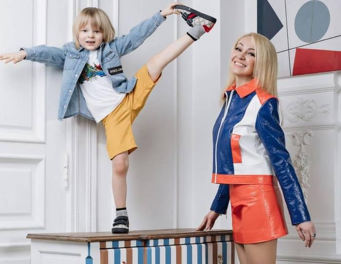 «Вспомнили 80-е»: Рудковская в мини-платье с блестками и митенках станцевала с Плющенко