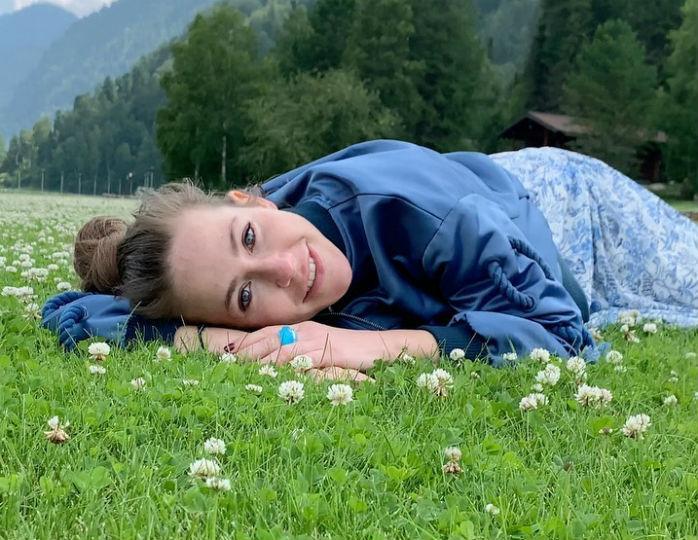 «Здесь красиво все»: Барановская в платье свободного кроя и без макияжа позировала в горах Алтая