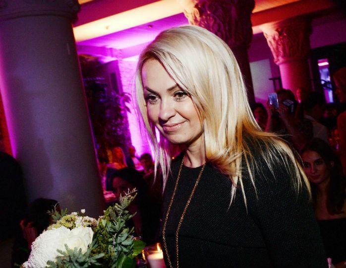 «Эффектно»: Рудковская в шифоновом платье макси продемонстрировала несколько образов