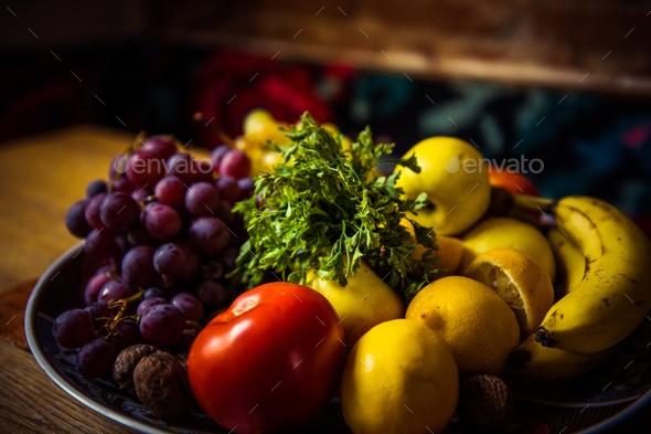 木製のテーブル上のプレートのおいしい果物のミックス