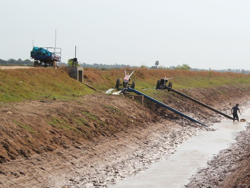 Pumping in dry season. Photo credit DFAT, Flickr 2013