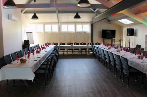 table dressée pour repas d'anniversaire au Bosc Negre