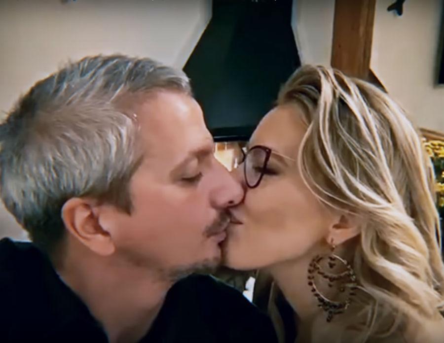«Хочу одним тобою жить»: Бузова в новом клипе показала поцелуй Собчак с мужем