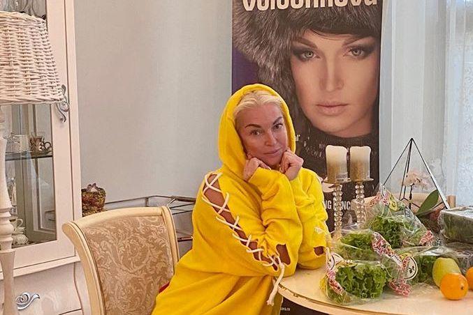 Волочкова показала свадебное платье с тапочками