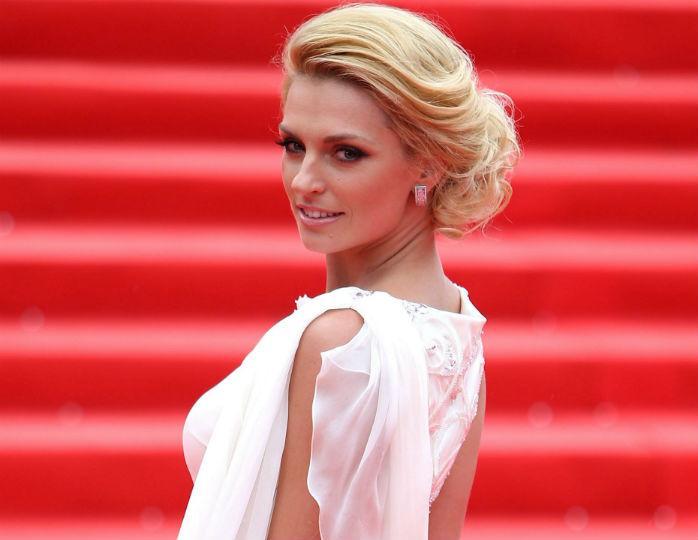 В стиле «Великого Гэтсби»: Савельева снялась в сверкающем платье, украсив волосы пером